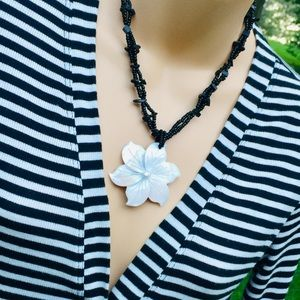 Jewelry - Beautiful carved shell necklace!!